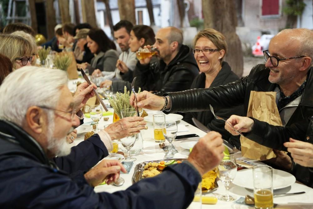 Banquet, partage des couverts.