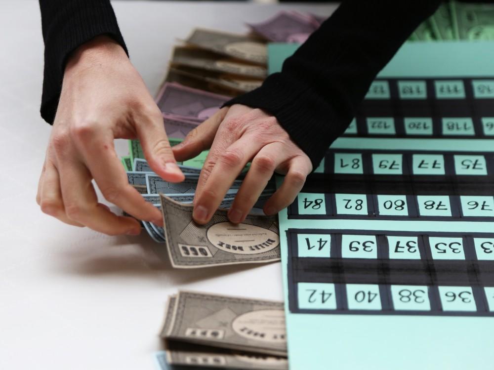 PLan de table sous la forme d'un monopoly. Billets doux avec numéro des places.