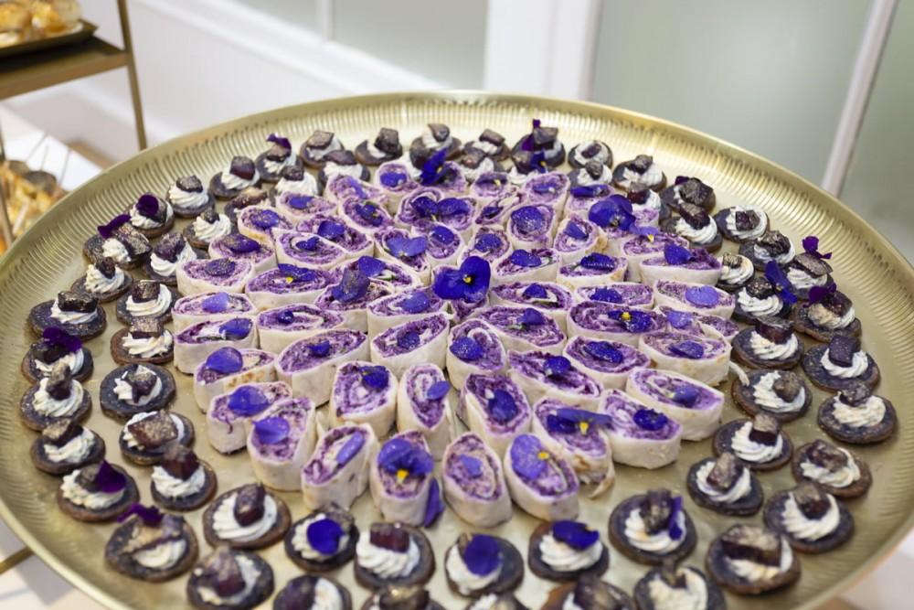 Buffet bouchées violet et or, pomme de terre vitelotte, saumon mariné, makis choux rouge