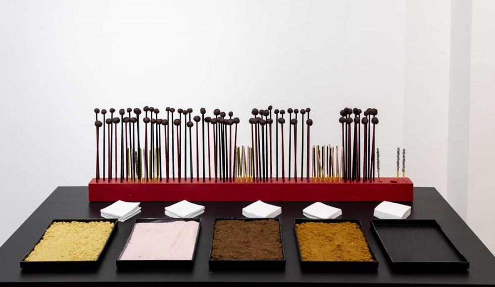 Table poudrier, ganache au chocolat, installation design culinaire