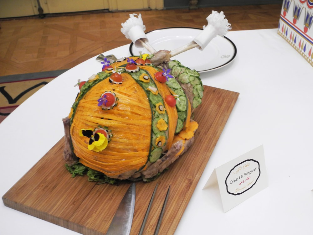 Dinde, décoration culinaire. Concombre, carotte, tomate cerise et fleurs. Dinde à la Périgueux