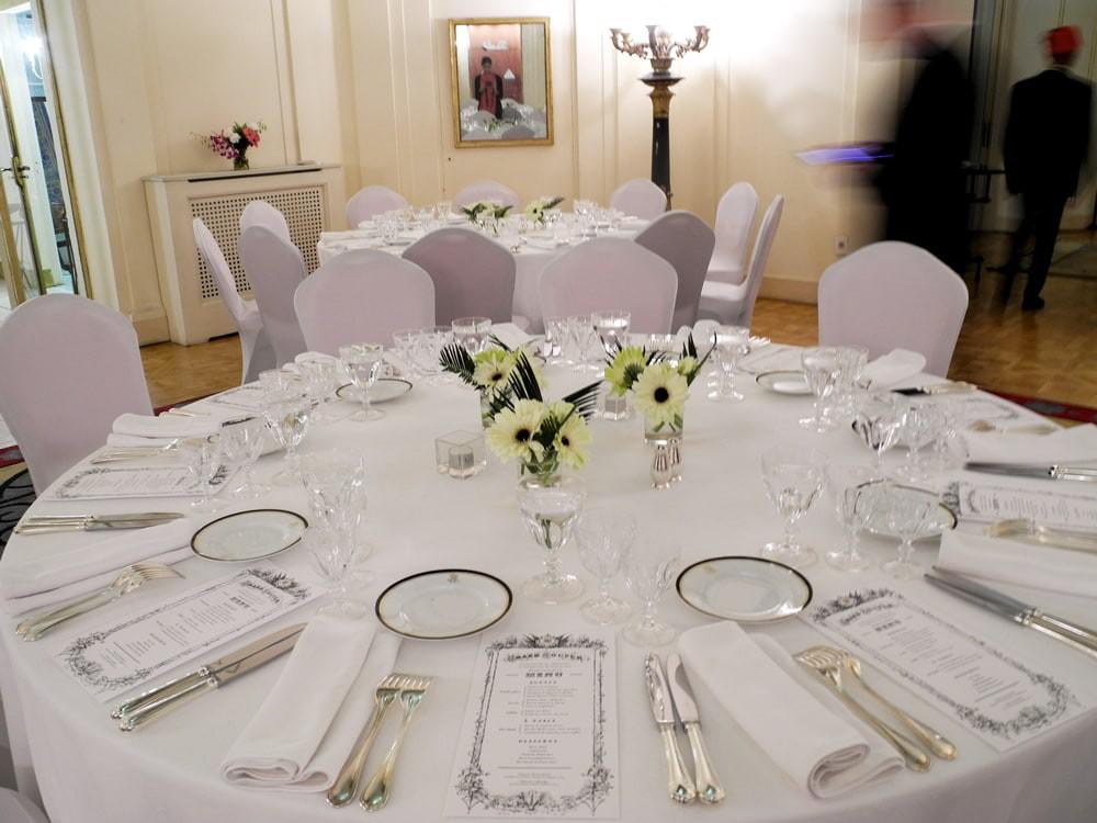 Tables décorée pour le dîner d'anniversaire de l'inauguration du Canal de Suez. Semaine des arts culinaire organisée par l'Institut Français du Caire.