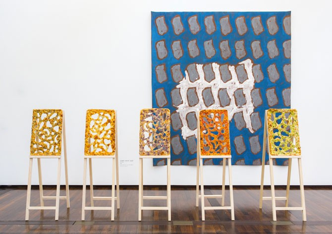 tableau pizza devant les toiles de Viala
