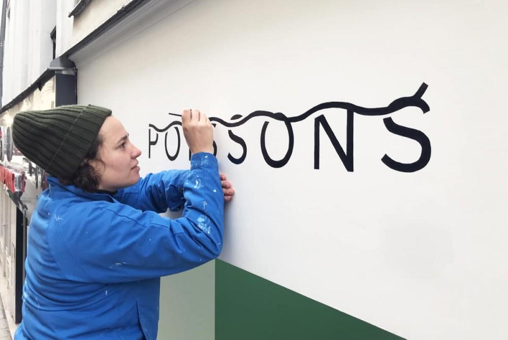 Réalisation de la peinture en lettres du logo Poissons, poissonnerie dans Paris.