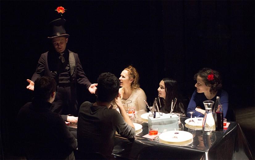 un magicien à table
