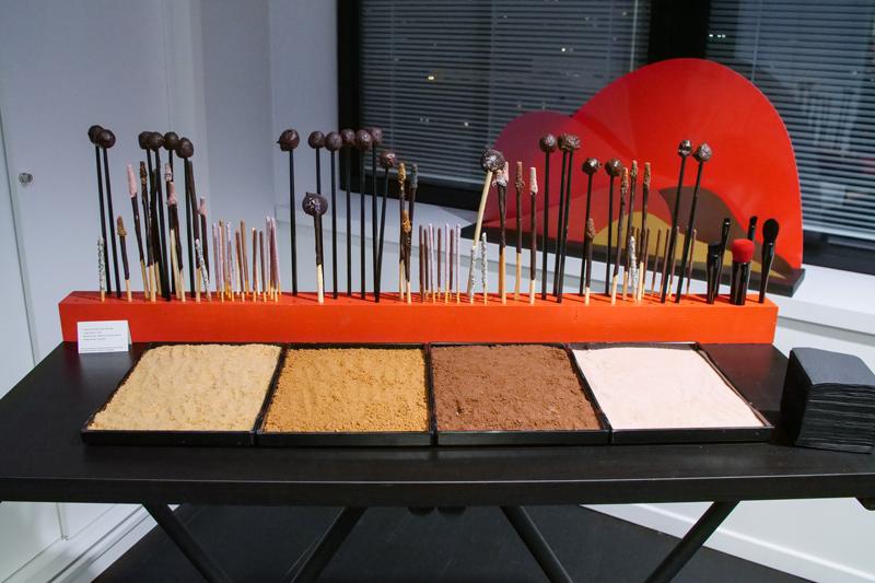 poudrier géant en chocolat. mikados, pocky, et ganache au chocolat.