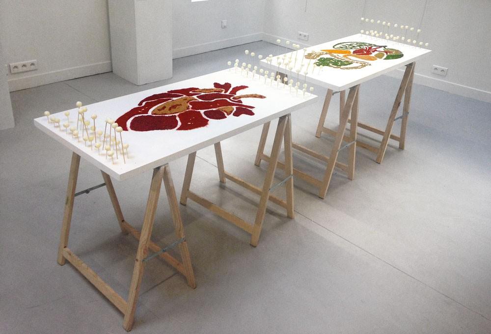 table recouverte d'un pochoir d'épices.